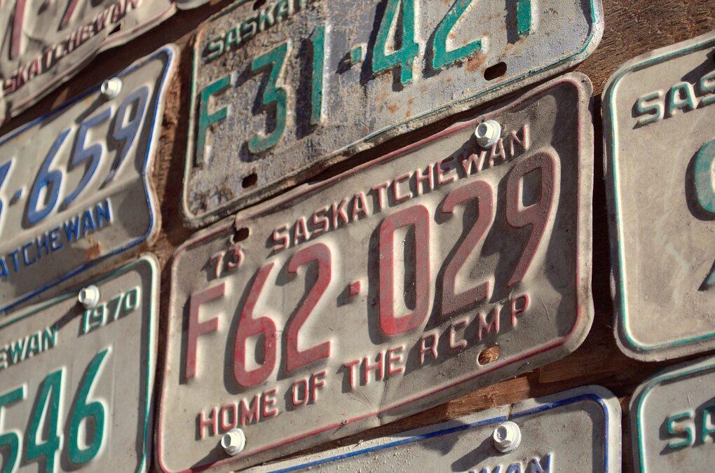 Mur d'images de plaques d'immatriculation vintage