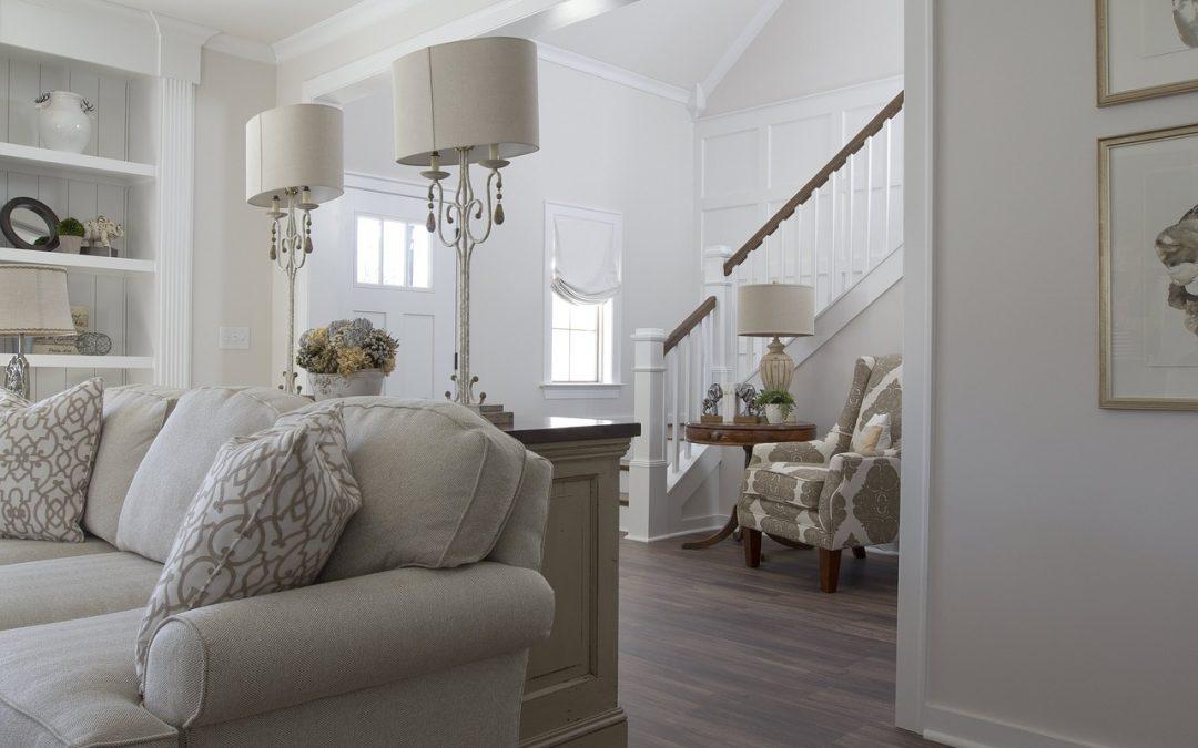 Peindre des escaliers en blanc et ajouter un tapis de sol vieilli